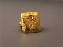 Sygnet z postacią rycerza (tzw. pierścień z Pęzina), XII – początek XIII w., złoto, 2,3 x 2,3 cm, fot. G. Solecki i Arkadiusz Piętak