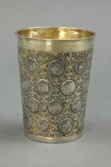 Mistrz IB (?), Kubek z monetami, Stargard (?), ok. 1700, srebro, częściowo złocone, 13,2 x 11 cm, fot. G. Solecki i Arkadiusz Piętak