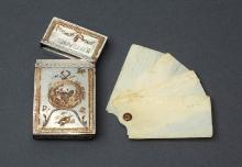 Karnecik balowy, Francja, ok. 1780, srebro pozłacane, kość, macica perłowa, drewno, atłas, 9 x 4,5 cm, fot. G. Solecki i Arkadiusz Piętak