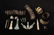 Skarb przedmiotów z brązu, znaleziony w torfie na głębokości 1 m w miejscowości Babin (powiat pyrzycki), wczesna epoka brązu, fot. G. Solecki/A. Piętak