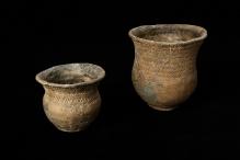Naczynia gliniane, prawdopodobnie z wyposażenia grobu, znalezione w Dołujach (powiat policki), młodsza epoka kamienia, wysokość: 14,5 i 9,2 cm, fot. G. Solecki/A. Piętak