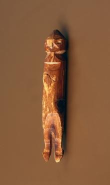 Figurka antropomorficzna z zaznaczonymi detalami postaci, wykonana z drewna, Wolin, wczesne średniowiecze, 11,2 cm, fot. G. Solecki/A. Piętak