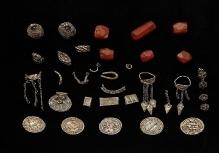 Skarb ozdób srebrnych i monet znaleziony w naczyniu glinianym na wzgórzu należącym do majątku Kurowo (pow. koszaliński), koniec X w., 65,5 g, fot. G. Solecki/A. Piętak
