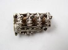 Kaptorga wykonana ze srebra zdobiona kombinacją motywów zoomorficznych, filigranu i granulacji pochodząca ze skarbu srebrnych ozdób i monet znalezionego w okolicy miejscowości Piaski i Drabino (pow. kamieński), 2 połowa X w., waga całości ok. 550 g, fot. G. Solecki/A. Piętak