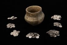 Skarb około 160 srebrnych monet (m.in. Wespazjana, Tytusa, Trajana, Hadriana, Antonina Piusa i Marka Aureliusza) z Reska, (powiat łobeski) zdeponowanych w niewielkim naczyniu glinianym o wysokości 9,5 cm, najstarsza moneta datowana na lata 69–71, najmłodsza na lata 193–211, fot. G. Solecki/A. Piętak