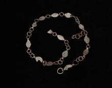 Żelazny pas łańcuchowy z Wąwelnicy (pow. policki), złożony z 13 blaszanych ogniw o migdałowatym kształcie, połączonych pierścieniami, 103,4 cm, starszy okres przedrzymski (IV–III w. p.n.e.), fot. G. Solecki/A. Piętak