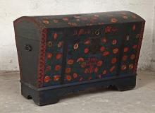 SKRZYNIA, pow. pyrzycki, 1858, drewno sosnowe, żelazo, dekoracja                      malarska, 128 x 66,5 x 90 cm, fot. Grzegorz Solecki, Arkadiusz Piętak