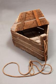 SADZ, Dziwnów, pow. kamieński, drewno, gwoździe, sznur, wym. 120 x 67 x        44  cm, fot. Grzegorz Solecki, Arkadiusz Piętak