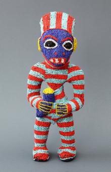 Rzeźba przedstawiająca strażnika królewskiego, Bamileke, Kamerun, 2. połowa XX w., drewno, tkanina, koraliki, gwoździe, 45 x 17,5 x 12 cm, fot. G. Solecki, A. Piętak