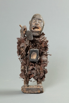 Nkisi nkondi - fetysz gwoździowy, Bakongo, Demokratyczna Republika Konga, 2. połowa XX w., drewno, gwoździe i ostrza żelazne, szkło, 53,5 x 24 x 18 cm, fot. G. Solecki, A. Piętak
