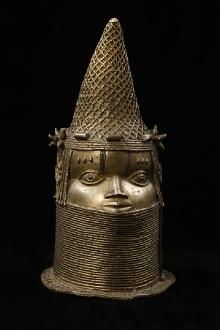 Głowa Królowej Matki (Iyoby), Edo, Królestwo Beninu (obecnie Nigeria), XVIII-XIX w., brąz (odlew na wosk tracony), 45 x 23,6 x 26 cm, fot. G. Solecki, A. Piętak