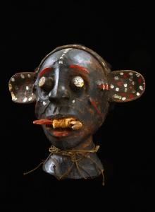 """""""Nienasycony żebrak"""" - nagłownik, Ejagham, Nigeria, połowa XX w., drewno, skóra, sznurek, wys. 25 cm, fot. G. Solecki, A. Piętak"""