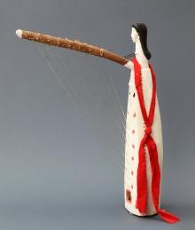 Harfa ngombi, Fang, Gabon, 2. połowa XX w., drewno rzeźbione polichromowane, sznurek, tkanina, żyłka, metal, gwoździe, wys. 57 cm, fot. G. Solecki, A. Piętak