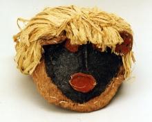 """Maska do """"tańca wiatru"""", Tucuna, Brazylia, koniec XX w., tapa, barwniki naturalne, 167 x 70 cm, fot. G. Solecki, A. Piętak"""