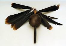 Maraka szamańska, Guajibo, Wenezuela, 2. połowa, XX w., tykwa pokryta rytem, ptasie pióra, wosk, drewno, 30,2 (bez piór) x 3,9 cm, fot. B. Grzonka