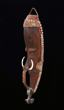 Maska przodka mwei, Iatmul, Papua-Nowa Gwinea, połowa XX w., drewno polichromowane, zęby zwierzęce, muszle, 77 x 18 cm, fot. G. Solecki, A. Piętak