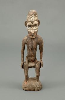 Rzeźba kobiety-przodka (nama surave), Sepik, Papua-Nowa Gwinea, 2. połowa XX w., drewno polichromowane, muszle, 62 x 17 x 12,5 cm, fot. G. Solecki, A. Piętak