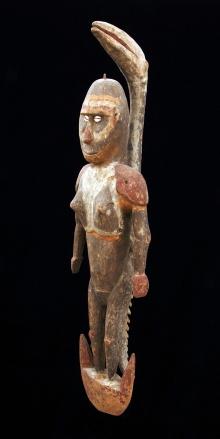 Samban, hak do wieszania czaszek, Sepik, Papua-Nowa Gwinea, 2. połowa XX w., drewno rzeźbione, polichromowane, włókno roślinne, muszle kauri, 74 x 20 cm, fot. G. Solecki, A. Piętak