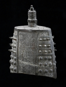 Dzwon, Chiny, dyn. Zhou, 1150-480 p.n.e., brąz, 28,5 x 21 cm, fot. G. Solecki, A. Piętak