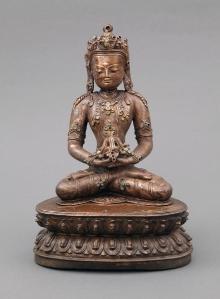 Budda Amithaba, Chiny, dyn. Yuan (1279-1368), mosiądz złocony, nefryty, 24,8 x 17,3 x 12,5 cm, fot. G. Solecki, A. Piętak