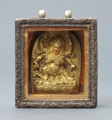 Gau (relikwiarz) z przedstawieniem Mahakala (Czarny Płaszcz), Mongolia, XIX w., brąz złocony, metal, 7,7 x 6,4 x 3 cm, fot. G. Solecki, A. Piętak
