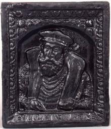 Kafel piecowy z przedstawieniem księcia saskiego Jana Wilhelma, Saksonia lub Pomorze, 1571, glina garncarska, szkliwo czarne, 17,8 x 15,7 cm, fot. G. Solecki i A Piętak
