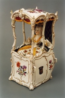 Dama w lektyce, Wiedeń, lata 80. XVIII w., porcelana malowana, złocona, wys. 29 cm, fot. G. Solecki