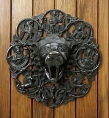 Antaba w kształcie głowy lwa z Kołobrzegu, warsztat Jana Apengetera, ok. 1330–1340, brązowy odlew, 50 x 46 cm, fot. G. Solecki