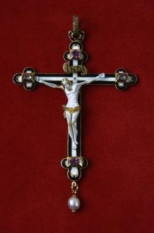 Krzyżyk księżnej Erdmuty, po 1600, złoto, emalia, diamenty, rubiny, perła, 9 x 5,6 cm, fot. G. Solecki