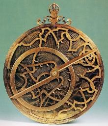 Przyrząd nawigacyjny astrolabium arabskie.