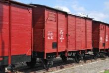 Wagon wąskotorowy towarowy kryty serii Kh 00-071420453-4, rok produkcji 1912, Wagenbau F.Crull&Co Wismar w Wismarze. Odbudowany w 2013 roku przez zespół pracowników Wystawy Nadmorskiej Kolei Wąskotorowej w Gryficach