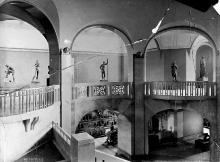 Reprezentacyjny hol Muzeum Miejskiego w Szczecinie, stan pierwotny, wg szklanego negatywu ze zbiorów dawnego Muzeum Miejskiego w Szczecinie