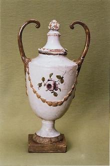Waza, XVIII w., Stralsund, Niemcy, fajans malowany i złocony, (konserwacja 2004-2005)