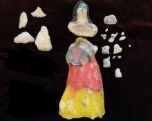 Wyrób lokalny, figurka panienki cukrowej z koszem kwiatów, XX w., Tunezja, cukier