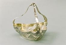 Patera w formie koszyczka, Niemcy, ok. 1900, srebro, wewnątrz złocone, szkło, 18 x 18,5 x 18 cm, fot. G. Solecki