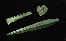 Przedmioty brązowe z wyposażenia grobu szkieletowego odkrytego w Kukułowie (powiat kamieński), starsza epoka brązu, fot. G. Solecki/A. Piętak
