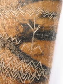 Przedstawienie postaci ludzkiej – ornament ryty na insygnium z poroża łosia wydobytym z kredy jeziornej w okolicach Rusinowa (powiat świdwiński), schyłek starszej epoki kamienia, fot. G. Solecki