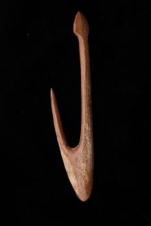 Haczyk rybacki z poroża jelenia wydobyty w Raduszu (powiat bytowski), środkowa epoka kamienia, 14,1 cm, fot. G. Solecki/A. Piętak