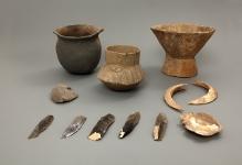 Naczynia gliniane, narzędzia krzemienne, ozdoba z muszli ostrygi i szable dzika z wyposażenia grobu odkrytego w Karsku (powiat pyrzycki), młodsza epoka kamienia, fot. G. Solecki/A. Piętak