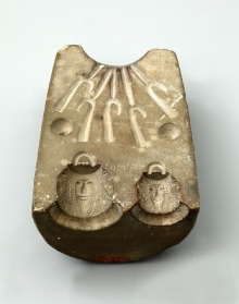Forma odlewnicza z wyobrażeniami twarzy brodatych mężczyzn, wykonana z kamienia, Szczecin, wczesne średniowiecze, 7,1 x 4,2–5,2 x 3,4 cm, fot. G. Solecki/A. Piętak