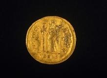 Rewers złotego solida cesarza Zenona z Malechowa, (powiat sławieński), wybity w Konstantynopolu w latach 476–491, waga 4,1 g, fot. G. Solecki/A. Piętak