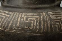 Zbliżenie pasa ornamentacyjnego wazy glinianej z Iglic-Orzeszkowa (pow. łobeski) złożonego z meandra klasycznego oraz listwy plastycznej, okres wpływów rzymskich (I–II w. n.e.), fot. G. Solecki/A. Piętak