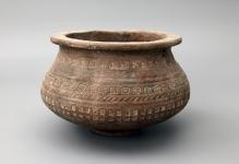 Gliniane naczynie wazowate z Reska (powiat łobeski), zdobione ornamentem stempelkowym. Okres Wędrówek Ludów (V w.n.e.), wysokość: 9,4 cm, średnica wylewu: 9 cm, średnica brzuśca: 12 cm, fot. G. Solecki/A. Piętak