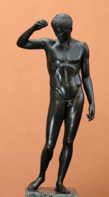 Młodzieniec, tzw. Kyniskos, kopia rzeźby naśladowcy Polikleta z kon. V w. p.n.e., wykonana w WMF Geislingen (Niemcy), 1905–1909, brąz
