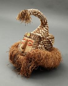 Maska słonia (mwaash a mboy), Bakuba, Demokratyczna Republika Konga, 2. połowa XX w., drewno, juta, rafia, szkło, muszle kauri, wys. 39,5 cm, fot. G. Solecki, A. Piętak