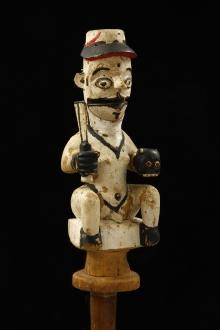 Przodek zwycięski - lalka stowarzyszenia Ekon, Ibibio, Nigeria, poł. XX w., drewno polichromowane, dzianina, gwóźdź, wys. 35 cm (całość z uchwytem: 88 cm), fot. G. Solecki, A. Piętak