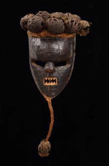Maska kasangu stowarzyszenia Mugongo, Salampasu, Demokratyczna Republika Konga, połowa XX w., drewno, włókno roślinne, blacha, 24,9 (z brodą 48,2) x 20 x 19,5 cm, fot. G. Solecki, A. Piętak