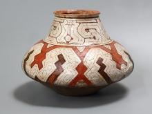 Naczynie do masato (napój alkoholowy), Shipibo, Peru, połowa XX w., glina polichromowana, 24,4 x 41 cm, fot. G. Solecki, A. Piętak