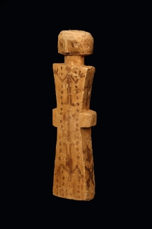 Figurka magiczna, fetysz dziewczynki, Noanama, Kolumbia, 1. połowa XX w., drewno balsa, barwnik naturalny, 25,2 x 6,3 cm, fot. G. Solecki, A. Piętak