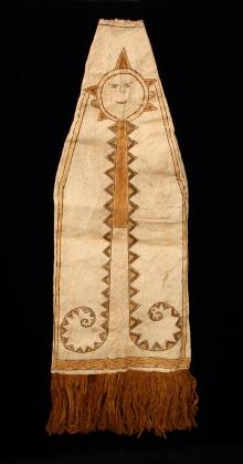 """Maska do """"tańca wiatru"""", Tucuna, Brazylia, koniec XX w., tapa, włókno roślinne, żywica, 45 x 37 x 43,7 cm, fot. B. Grzonka"""